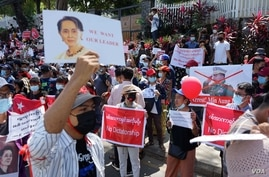 Demonstrators denounce the military coup in Myanmar, at a rally in Yangon, Feb. 9, 2021, calling for military leaders to be arrested. (VOA Burmese Service)