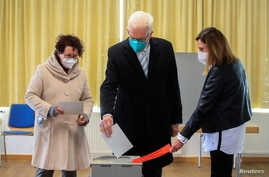 Winfried Kretschmann, Baden-Wuerttemberg state Prime Minister and Greens top candidate, casts his vote for the federal state…