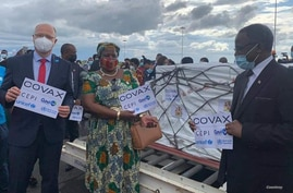 From left to right, Rudolf Schwenk representing UNICEF Malawi, Health Minister Kumbize Kandodo Chiponda and Health Secretary Dr. Charles Mwansambo welcome the arrival of the vaccines in Lilongwe, March 5, 2021. (Courtesy Malawi Ministry of Health)