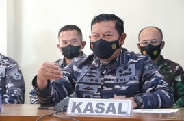 Navy Chief Yudo Margono talks to the media on the retrieval of items from the missing KRI Nanggala sub, at Ngurah Rai Military Air Base in Bali, Indonesia, April 24, 2021. (Courtesy: Indonesian military via VOA's Indonesian Service)