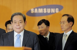 (FILES) In this file photo taken on April 22, 2008 Lee Kun-Hee (L), chairman of South Korea's largest group Samsung, arrives to…