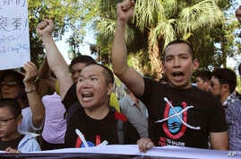 Vientnamese protesters chant anti-China slogans in Hanoi, Vietnam Thursday, June 19, 2014. China said Thursday it is moving a second oil rig closer to Vietnam's coast. Vietnamese authorities broke up a small protest against the Chinese move on…