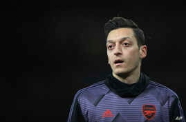 Arsenal's Mesut Ozil warms up prior the English Premier League soccer match between Arsenal and Manchester City, at the…