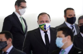 Brazil's Health Minister Gen. Eduardo Pazuelo, center, arrives to attend a ceremony at the Planalto Presidential Palace, in…