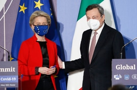EU Commission President Ursula von Der Leyen, left, and Italian Premier Mario Draghi attend a press conference at the end of a…