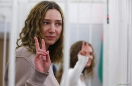 Journalists Yekaterina Andreeva and Darya Chultsova attend a court hearing in Minsk