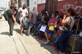 Migrants from Central America and Cuba queue outside the Mexican Commission for Refugee Assistance (COMAR) to apply for asylum and refugee status in Mexico, in Tapachula, Mexico September 13, 2019. Picture taken September 13, 2019. REUTERS/Jose Torres