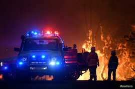 NSW Rural Fire Service crews protect properties on Waratah Road and Kelyknack Road as the Three Mile fire approaches Mangrove…