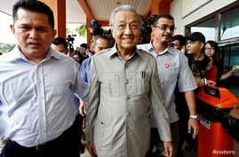 FILE PHOTO: Former Malaysian Prime Minister Mahathir Mohamad arrives to visit jailed opposition leader Anwar Ibrahim, who is…