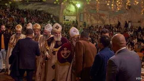 Egyptian politicians, members of parliament, and  government officials attend Christmas Mass where they congratulate leaders of the Coptic community. (Hamada Elrasam/VOA)