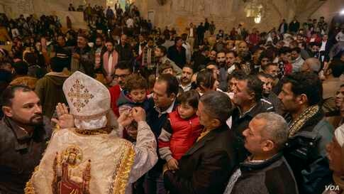 Toward the end of the Mass, Coptic believers line up to receive communion. (Hamada Elrasam/VOA)