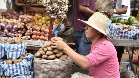 At this Colombian street market, vendors sell potatoes, diapers, toilet paper, tires, Venezuelan cigarettes and various other items. (Photo: Diego Huertas / VOA Spanish)