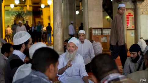 While Saudi Arabia's sacred mosque in Mecca was closed last week in an effort to contain the virus, mosques in Egypt continued to function as normal. (H. Elrasam/VOA)