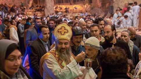 In Cairo's Manshiyat Naser ward, where a majority of residents are Coptic Christians, prayers are still held inside a poorly ventilated cave and sacraments are distributed to all with the same spoon. (H. Elrasam/VOA)