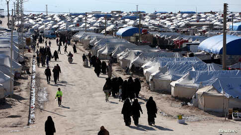 Women walk through al-Hol displacement camp in Hasaka governorate, Syria April 1, 2019. REUTERS/Ali Hashisho - RC17E5312D40