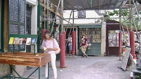 Tour guide and author Rosemary Flannery at Shakespeare and Company, a popular American book store in Paris. (photo:Lisa Bryant)