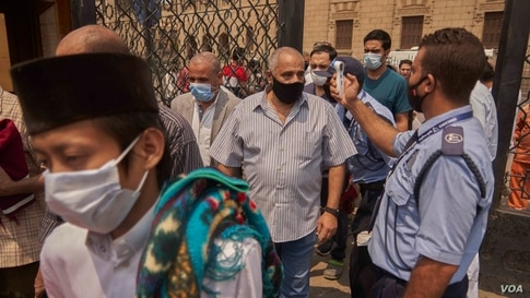 At the Al-Azhar Mosque, worshipers attend Friday prayers for the first time in more than five months, after getting their temperature checked, Aug. 28, 2020 in Cairo. (Hamada Elrasam/VOA)