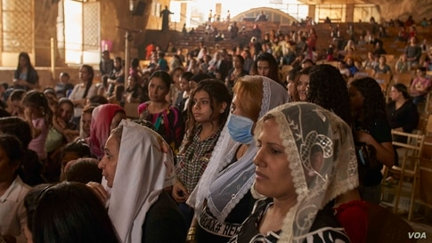 Priests implored people to wear masks, but many people did not at this service, Aug. 30, 2020 in Cairo. (Hamada Elrasam/VOA