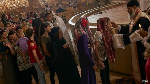 Egyptian Coptic Christian worshipers line up to participate in the holy sacrament, Aug. 30, 2020 in Cairo. (Hamada Elrasam/VOA)
