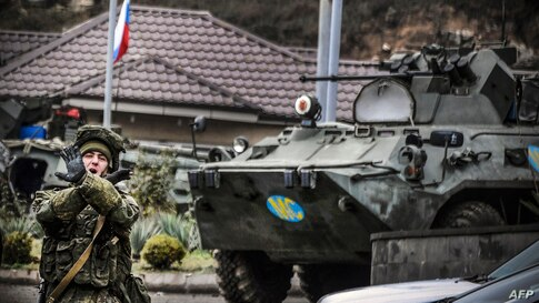 """A Russian peacekeeper shouts """"No pictures !"""" at a checkpoint outside the city of Stepanakert on November 13, 2020, during a…"""