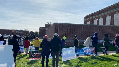 People line up to vote at DuPont Middle School in Wilmington, Delaware, Nov. 3, 2020. (Photo: Carolyn Presutti / VOA)
