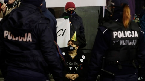 Opponents of Poland's right-wing government gather in downtown Warsaw for a protest in defiance of the anti-COVID-19…