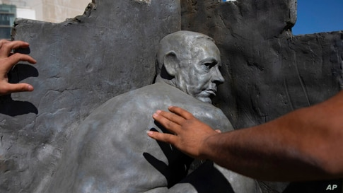 Tel Aviv municipality workers remove a statue by an unidentified artist depicting Israeli Prime Minister Benjamin Netanyahu…