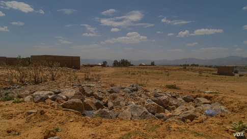 Hawzen residents say dozen of civilians are buried in this grave in the Tigray Region, in Ethiopia, on June 6, 2021 (VOA/Yan Boechat)