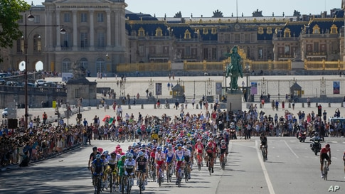 The pack passes the Palace of Versailles during the twenty-first and last stage of the Tour de France cycling race over 108.4 kilometers (67.4 miles) with start in Chatou and finish on the Champs Elysees in Paris, France.