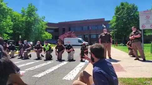 Officers Around US 'Take a Knee' in Solidarity With Protesters
