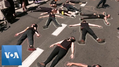 Spanish Police Remove Climate Change Activists from the Road