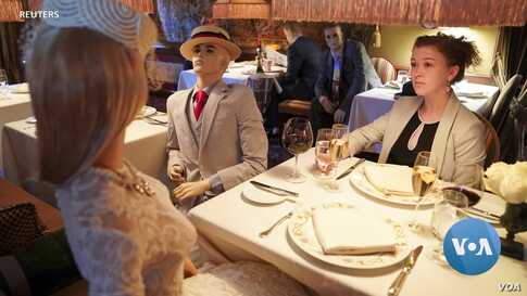 Dummies Help Café Patrons Keep a Fashionable Distance