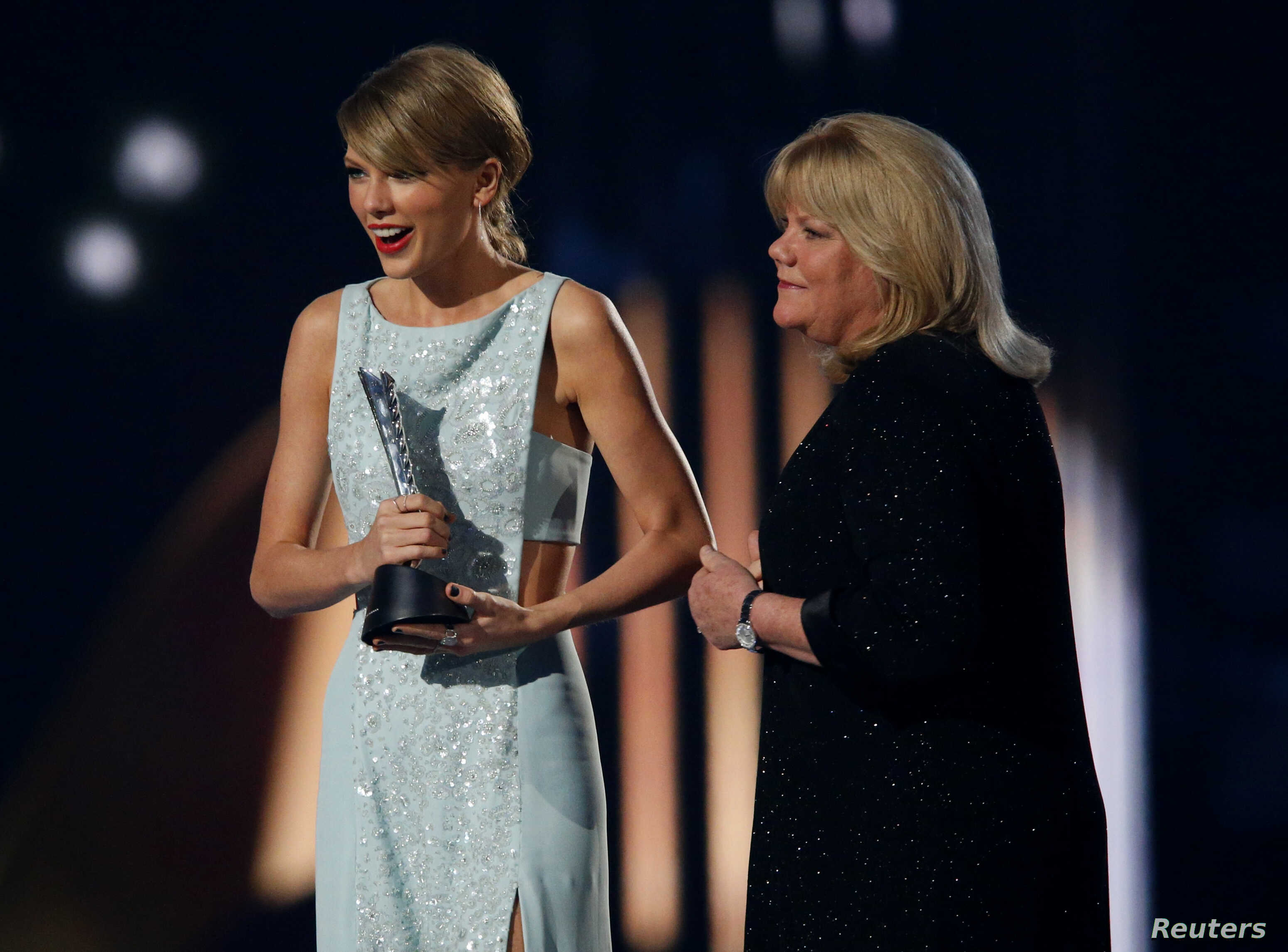 Taylor Swift Given Milestone Award At Country Music Awards Voice Of America English
