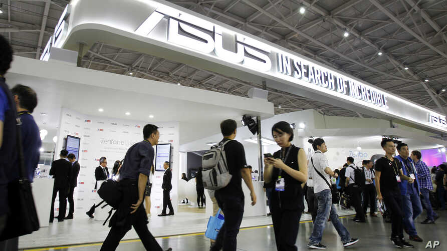 Visitors walk through the Computex Taipei exhibition at the world trade center in Taipei, Taiwan, May 30, 2017.