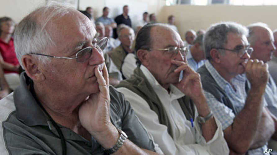 Zimbabwean farmers attend a meeting of white commercial farmers in capital Harare (2010 file photo)