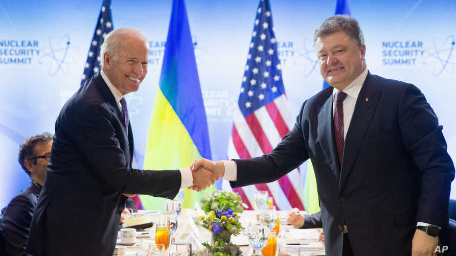 Vice President Joe Biden shakes hands with Ukrainian President Petro Poroshenko during a meeting at the Nuclear Security Summit in Washington, March 31, 2016.