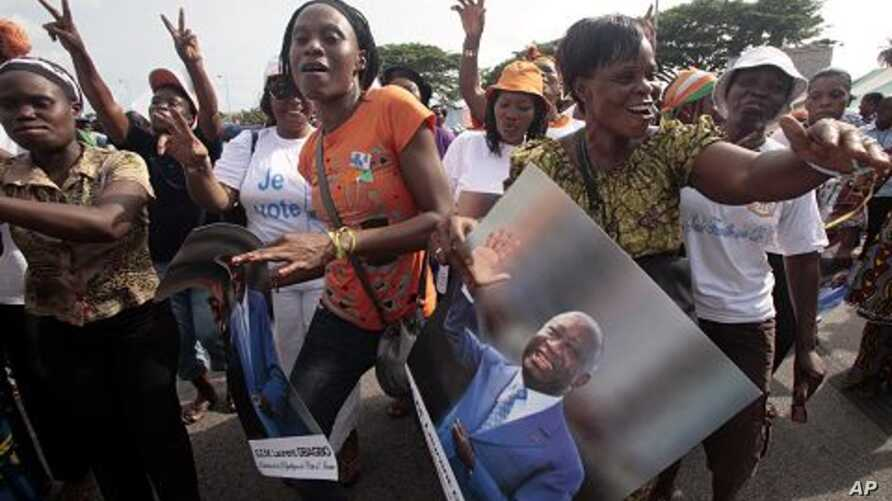 Women show support to Ivory Coast President Laurent Gbagbo during a rally called by Ivory Coast youth minister Charles Ble Goude and others in Abidjan, Ivory Coast. (File Photo)