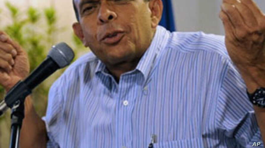 Honduran presidential candidate for the National Party, Porfirio Lobo, gestures during a press conference in Tegucigalpa, 27 Nov 2009
