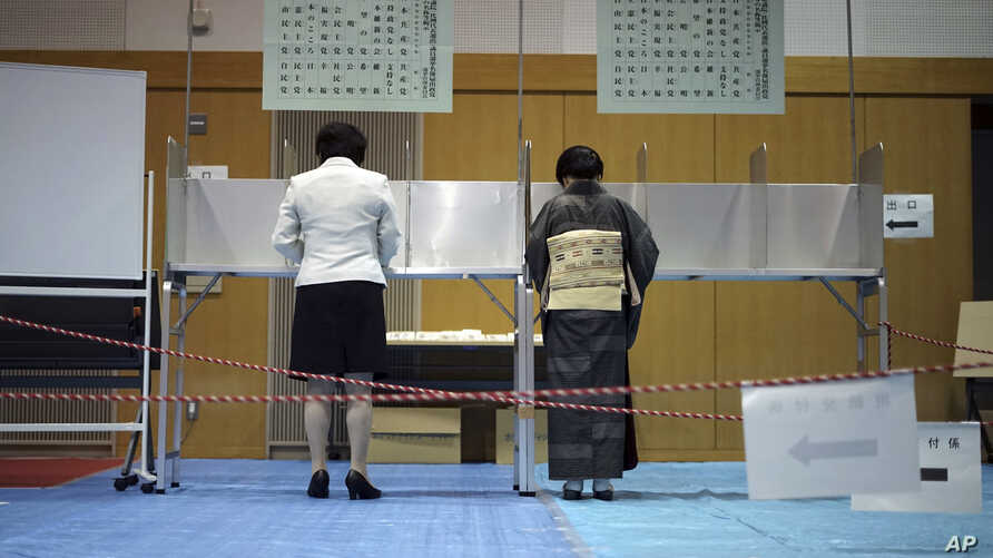 Voters fill in their ballots in a general election at a polling station in Tokyo, Oct. 22, 2017. Voting has kicked off for Japan's general election that would most likely hand Prime Minister Shinzo Abe's ruling coalition a win