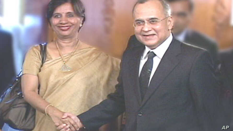 Indian Foreign Secretary Nirupama Rao with her Pakistani counterpart Salman Bashir at the Foreign Ministry in Islamabad (File)