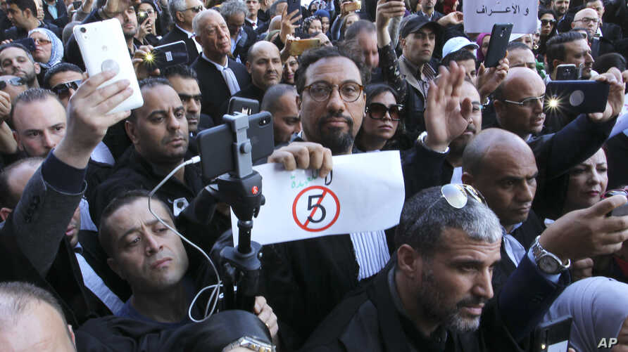 Algerian lawyers gather outside the constitutional council in a protest against President Abdelaziz Bouteflika, March 7, 2019 in Algiers.