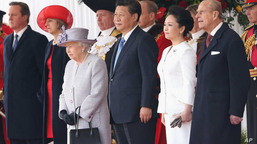 Britain's Queen Elizabeth II,  foreground left,  stands with Chinese President Xi Jinping, his wife, Peng Liyuan and Prince Philip, during the official ceremonial welcome for the Chinese State Visit, in London, October 20, 2015.