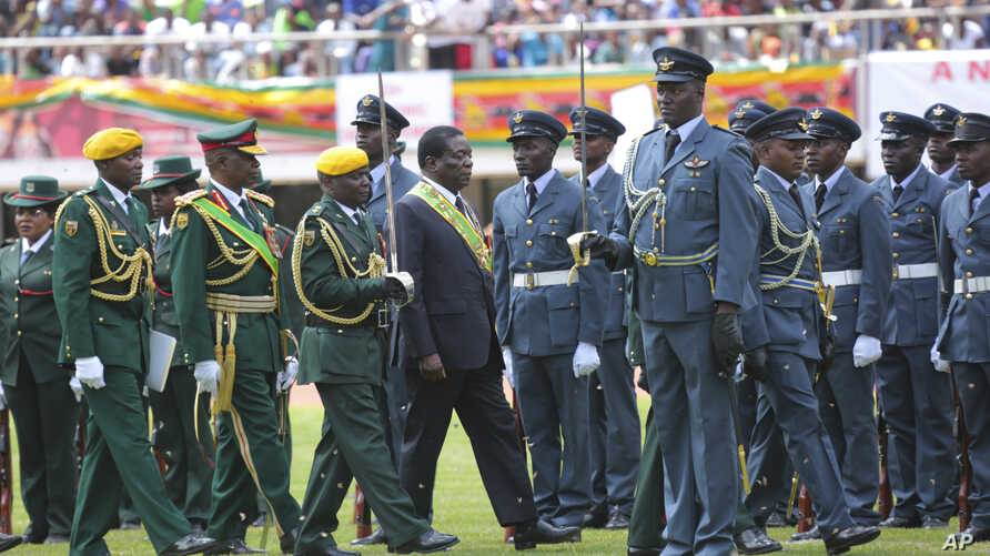 Zimbabwe's President Emmerson Mnangagwa, center, inspects the guard of honour during the celebrations for the country's 38th anniversary of Independence at the National Sports Staduim in Harare, Apr. 18, 2018.