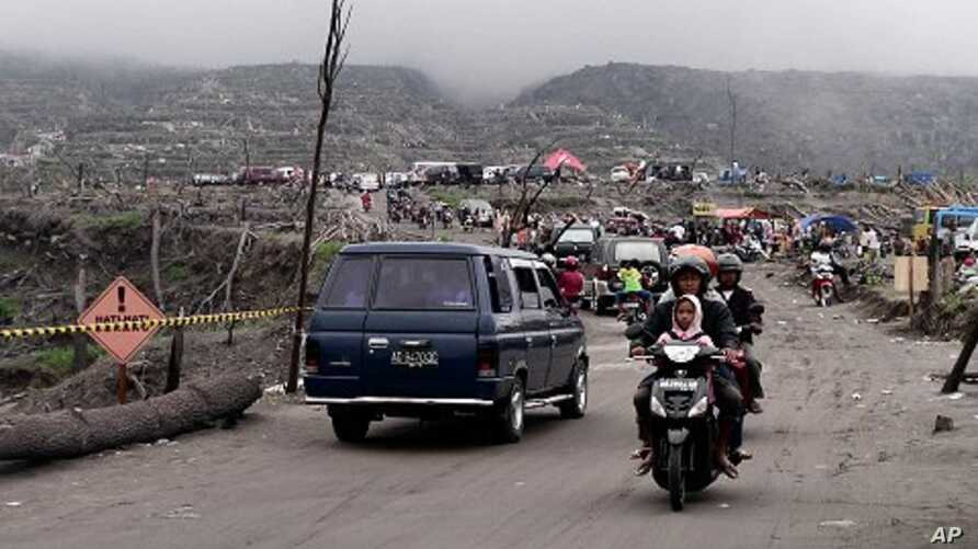 Lines of tourists and cars snake along the road leading to Merapi's summit in Kaliurang in Central Java, 11 Jan 2011
