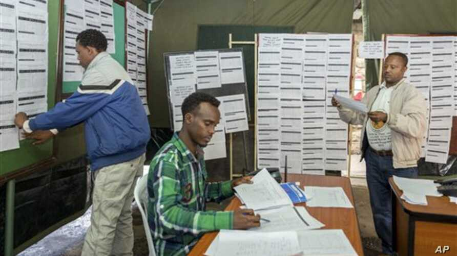 Electoral workers post preliminary results at the National Electoral Board's main office, Addis Ababa, Ethiopia, May 27, 2015.