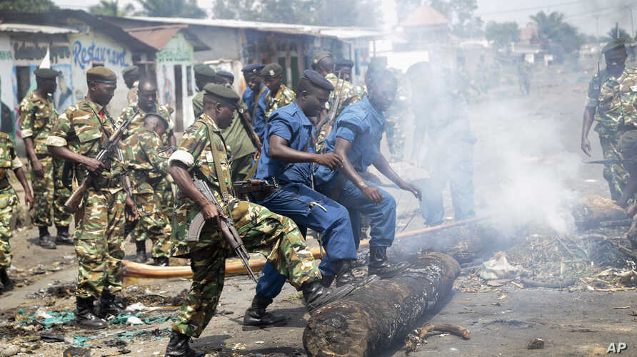 Police and army clear barricades set by opposition demonstrators in the Cibitoke district of the capital Bujumbura, in Burundi, May 25, 2015.
