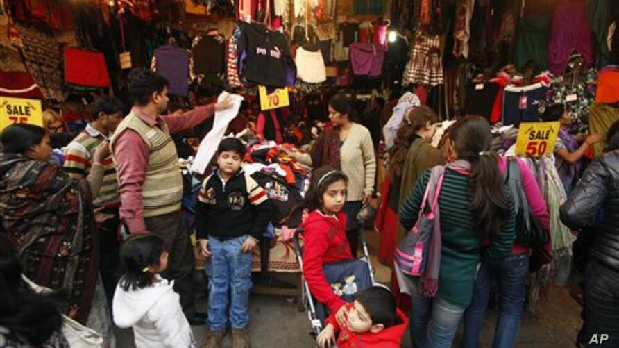 Indians shop in a crowded market in New Delhi, India, December 17, 2011.