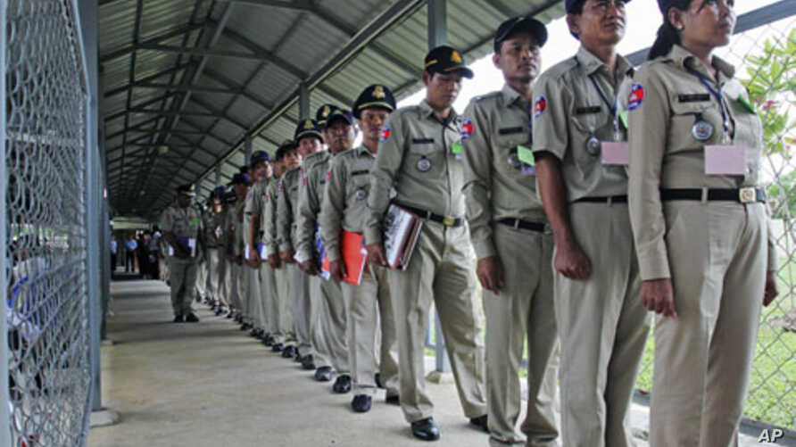 Police officers line up to attend a hearing of former Khmer Rouge leaders at the Extraordinary Chambers in the Courts of Cambodia (ECCC), on the outskirts of Phnom Penh, August 29, 2011