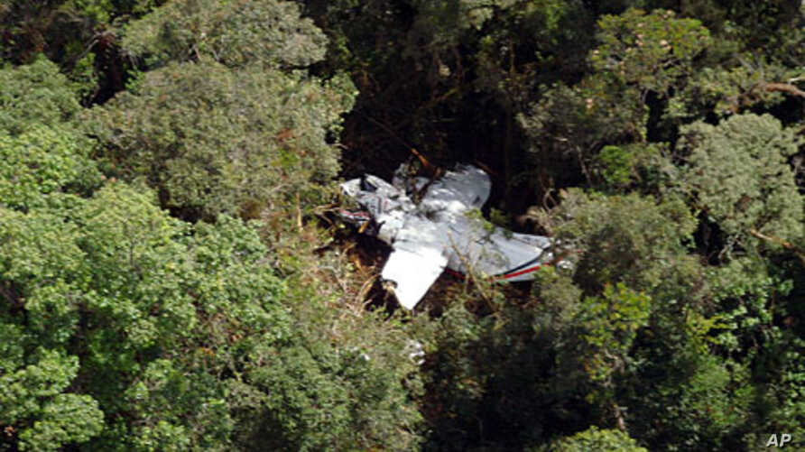 Handout picture released by an Indonesian Rescue Team on  the wreckage of a Casa 212 turboprop plane lies in among the trees at mount Hulusekelem in Bahorok, North Sumatra, September 30, 2011.