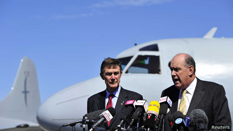 Australia's Minister of Defence David Johnston and Angus Houston (L), a retired air chief marshal and head of the Australian agency coordinating the search for Malaysia Airlines Flight MH370, address the media at the RAAF Base Pearce near Perth, Apri